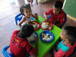 21 MOPI- Niños y niñas compartiendo alimentos, Resguardo Wacoyo