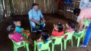 6 MOPI -Dinamizador contando historias sikuanis a los niños de la UCA Unumawi, Resguardo Wacoyo