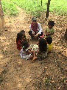 Comunidad Samuruare, niños y niñas reconociendo elamentos culturales asociados a la flora, como la palma de moriche, Resguardo Vencedor